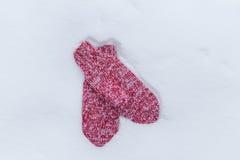 在雪的红色手套在冬天 免版税库存照片