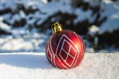 在雪的红色新年的球 空白背景圣诞节玻璃查出的范围的玩具 免版税库存图片