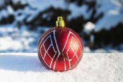 在雪的红色新年的球 空白背景圣诞节玻璃查出的范围的玩具 库存照片