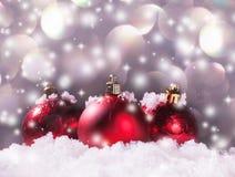 在雪的红色球形 免版税库存照片