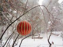 在雪的红色球装饰品 免版税库存图片