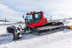 在雪的红色雪修饰机器 免版税图库摄影