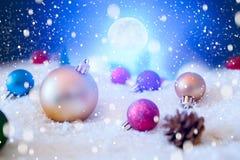 在雪的美丽的圣诞节球在夜 抽象空白背景圣诞节黑暗的装饰设计模式红色的星形 美国航空航天局装备的这个图象的元素 免版税图库摄影