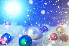 在雪的美丽的圣诞节球在夜 抽象空白背景圣诞节黑暗的装饰设计模式红色的星形 美国航空航天局装备的这个图象的元素 免版税库存图片