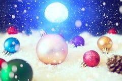 在雪的美丽的圣诞节球在夜 抽象空白背景圣诞节黑暗的装饰设计模式红色的星形 美国航空航天局装备的这个图象的元素 库存图片