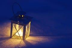 在雪的美丽的灯笼 免版税库存照片