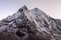 在雪的美好的山峰由桃红色点燃了 免版税库存照片