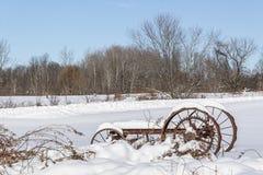 在雪的老农厂无盖货车 免版税图库摄影