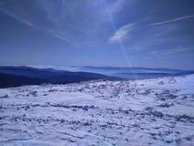 在雪的老山 免版税库存图片