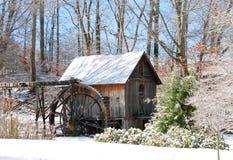 在雪的老磨房 免版税库存图片