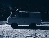 在雪的老葡萄酒汽车搬运车 免版税库存照片