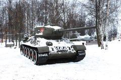 在雪的老t-34坦克 库存照片