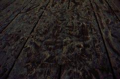 在雪的脚印刷品在木码头 库存照片