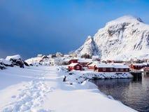 在雪的脚步在A村庄在Lofoten,挪威的 库存图片