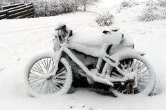 在雪的自行车 免版税图库摄影