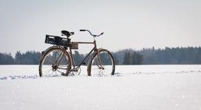 在雪的自行车 免版税库存照片