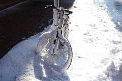 在雪的自行车 库存照片