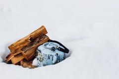 在雪的茶壶 免版税库存图片