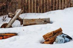 在雪的茶壶 免版税库存照片