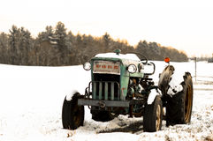 在雪的葡萄酒福特拖拉机 库存照片