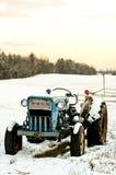 在雪的葡萄酒福特拖拉机 库存图片
