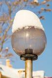 在雪的街灯在波摩莱,保加利亚,冬天 库存图片