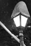 在雪的街灯 免版税库存图片