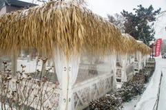 在雪的街道咖啡馆在冬天波摩莱,保加利亚 免版税库存照片