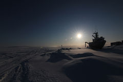 在雪的被中断的小船 免版税图库摄影