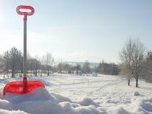 在雪的被忘记的玩具铁锹 免版税库存照片