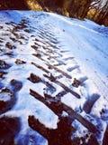 在雪的轮胎标号 图库摄影