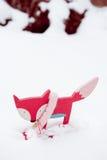 在雪的逗人喜爱的红色木狐狸 免版税库存图片