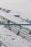在雪的速度滑雪设备 旅行散步 图库摄影