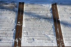 在雪的金属格栅 免版税库存照片