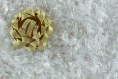 在雪的金黄丝带弓 库存图片