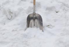 在雪的铁锹 图库摄影