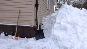 在雪的铁锹 免版税库存图片