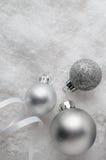 在雪的银色圣诞节中看不中用的物品 免版税图库摄影