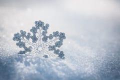 在雪的银色圣诞节装饰 免版税库存照片
