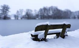 在雪的长凳 库存图片