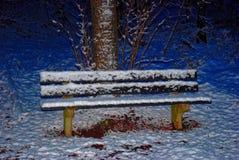 在雪的长凳 免版税库存照片