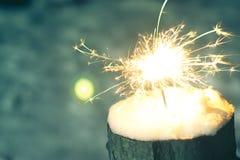 在雪的闪烁发光物在晚上 免版税库存图片
