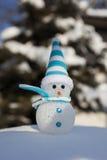 在雪的雪人 圣诞节装饰装饰新家庭想法 库存图片