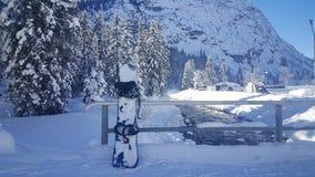 在雪的雪板 库存图片