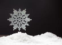 在雪的雪花 免版税库存图片