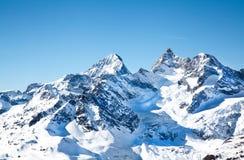 在雪的高山小山 库存图片
