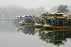 在雪的龙小船 免版税库存照片