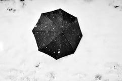 在雪的黑伞 免版税库存图片