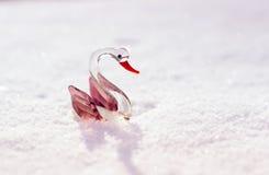 在雪的玻璃天鹅 免版税库存照片