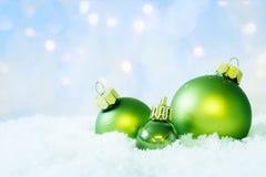 在雪的绿色圣诞节球 免版税图库摄影